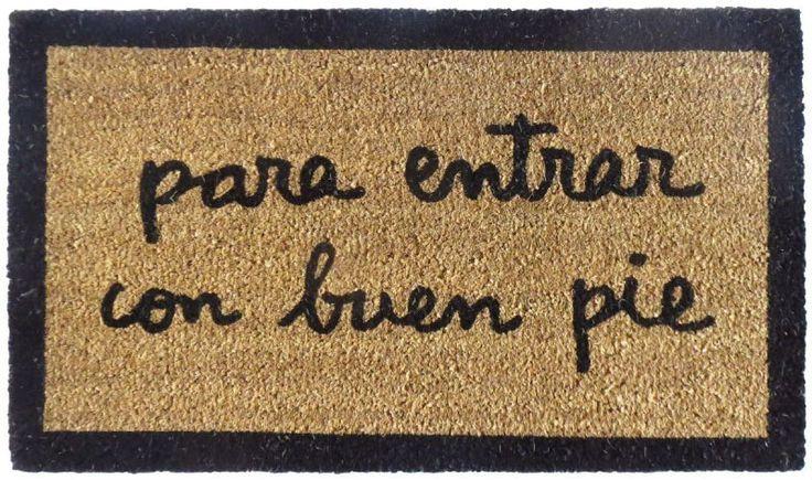 Felpudo Para entrar con buen pie. Un felpudo original y muy colorido perfecto para regalar. Con diseño de Anna Llenas, y lo tenemos en Decocuit, regalos y decoración en Burgos y también en www.decocuit.com.
