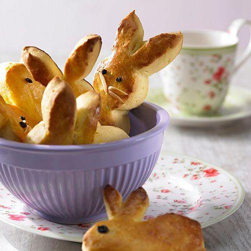 """Osterbrunch: Hefe-Hasen Diese süßen kleinen Hasen aus Hefeteig mit Rosinen und Mandeln werden sicher die Lieblinge der Kinder! <a href=""""/kochen/rezepte/rezept/hefe-hasen"""">Zum Rezept: Hefe-Hasen</a> <p><b>Wenn jeder was mitbringt, wird der Osterbrunch ganz entspannt</b><br> Ein Osterbrunch hat in vielen Familien Tradition: Freunde und Familie treffen sich am Ostersonntag am späten Vormittag zu einem entspannten Osterbrunch - mit kaltem und warmem Essen, mit Ostereiersuche und frühlingshafter…"""