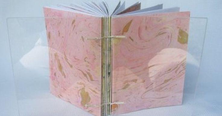A marmorização de papel é usada para adicionar um padrão de pintura em folhas de papel. Esses papéis podem então ser usados em projetos de artesanato que vão desde a papelaria ...