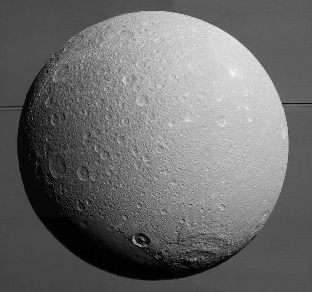 """Un articolo pubblicato sulla rivista """"Geophysical Research Letters"""" descrive una ricerca su Dione ed Encelado, due delle lune del pianeta Saturno. Utilizzando dati raccolti dalla sonda spaziale Cassini, Mikael Beuthe, Attilio Rivoldini e Antony Trinh dell'Osservatorio Reale del Belgio a Bruxelles hanno calcolato in una nuova maniera lo spessore della crosta ghiacciata delle due lune concludendo che anche Dione possiede un oceano sotterraneo. Leggi i dettagli nell'articolo!"""