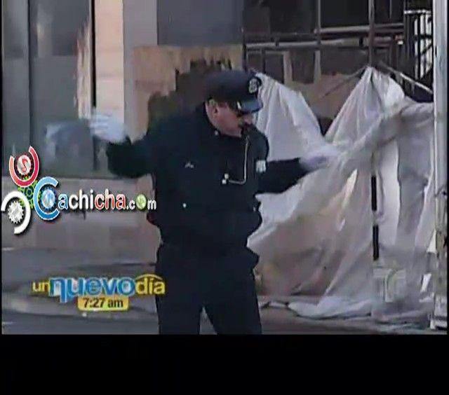 Oficial de Policía Rhode Island Bailarin En Navidad y La Doña Campanita #video | Cachicha.com