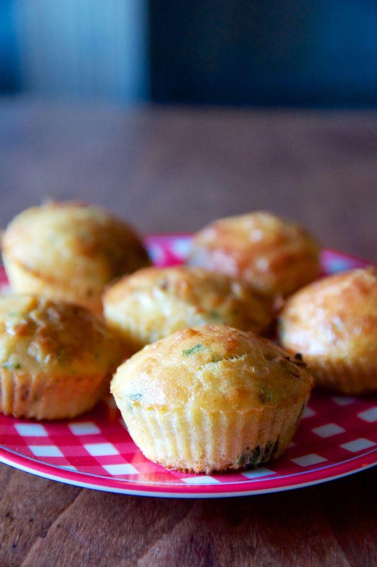 Ma recette de muffins sans gluten et sans lait de vache aux tomates séchées, à la mozzarella de bufflonne et au basilic (sans gluten et sans lait de vache). J'adore ce mélange qui sent bon l'été !