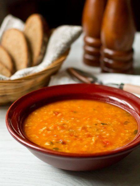 Суп из красной чечевицы с тыквой  Ингредиенты на 6 порций: Основа луковица маленькая 2 шт. морковь средняя 1 шт. крупный стебель сельдерея 1 шт. тыква (в очищенном виде) 250 грамм чеснок 3 зубчик молотая паприка 1/2 ч.л. 2-3 веточки свежего тимьяна или 1/2 ч.л. сухого сухая красная чечевица (предварительно замачивать на нужно) 200 грамм томаты в собственном соку 400 грамм овощной бульон (вне поста подойдет куриный или мясной) 1 литр соль по вкусу