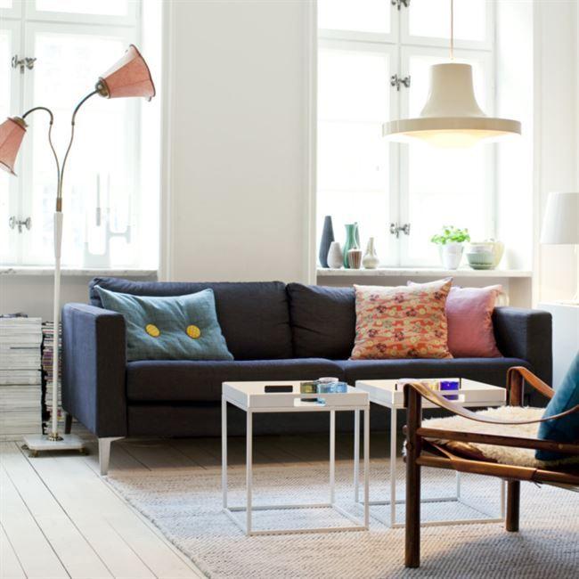 Plats för alla. Med ärvda prylar och noga utvalda möbler har Sigrid skapat sin och familjens rofyllda vardagsrum. Kuddar från Malmö modern och matta från Olsson & Gerthel.