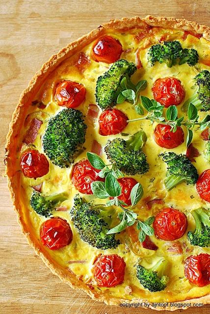 tarta z brokułami, podwędzaną szynką i pomidorami