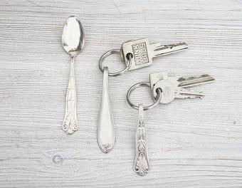 What to do with your old silverware and cutlery? Create your own personal key fob. Great DIY project /// Eine Idee, was man mit altem Besteck machen kann? Wie wäre es mit einem eigenen Schlüsselanhänger? Tolle Bastelidee #selbstmachen #heimwerken Die Anleitung findet Ihr hier: http://www.1-2-do.com/de/projekt/Besteck-Schluesselanhaenger/bauanleitung-zum-selber-bauen/4001992/