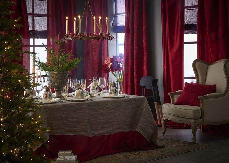Så mycket jul med röda längder i överflöd.