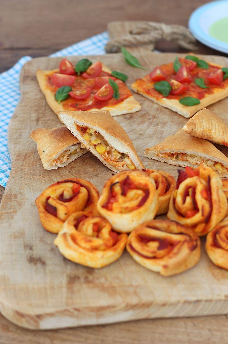 Pizzasnacks maken is geweldig leuk om samen met de kinderen te doen. In dit artikel vind je drie makkelijke recepten met koelvers pizzadeeg // Francesca Kookt