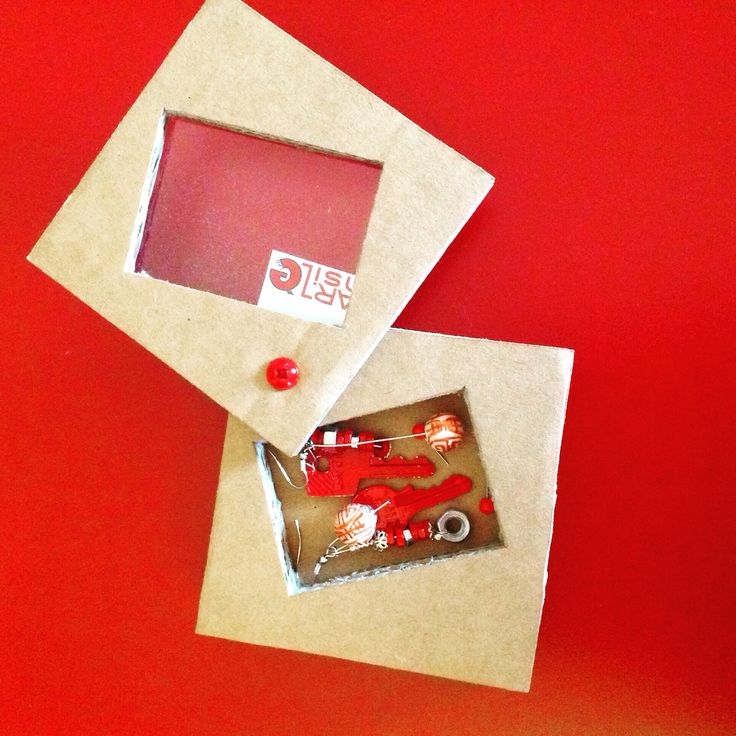 Creazione per  Artensile lab by Giovanna Polleri. Orecchini con chiavi e bulloni in confezione di cartone riciclato.