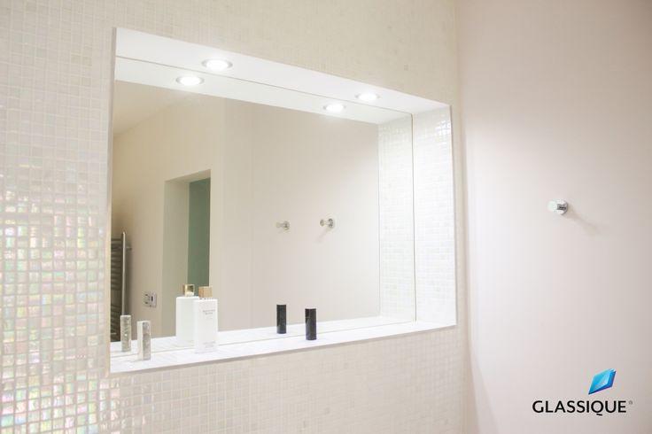 Oglindă perfect integrată în designul băii, alături de mozaicul sidefat.
