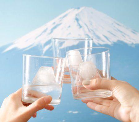 """グラスの中に """"世界遺産"""" が!? 「雪化粧をまとった富士山」が作れる製氷器"""
