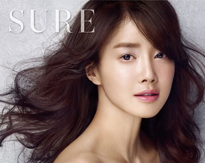 With Valid Love over, Lee Si Young no longer has to endure a frumpy appearance. She gets the chance tohave a classy and elegant look in the March pages of SUREas she puts onvarious soft yet scin...