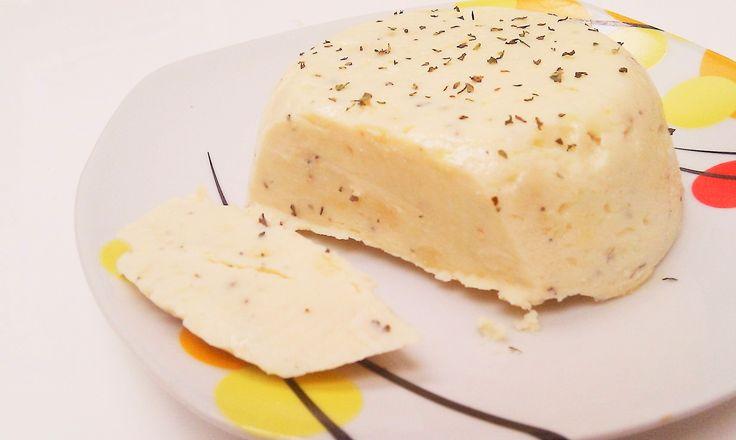 Ich habe mich wieder an einer veganen Käse-Alternative versucht. Obwohl ich das Wort Alternative irgendwie nicht mag – das hört sich gerade so an, als bräuchten Veganer*innen Ersatz für heiß geliebte und schmerzlich vermisste Produkte, weil die Nahrungsmittelauswahl durch den allgegenwärtigen Verzicht so sehr eingeschränkt sei. Dass dem nicht so ist, wissen wir. Weniger Informierten Read More