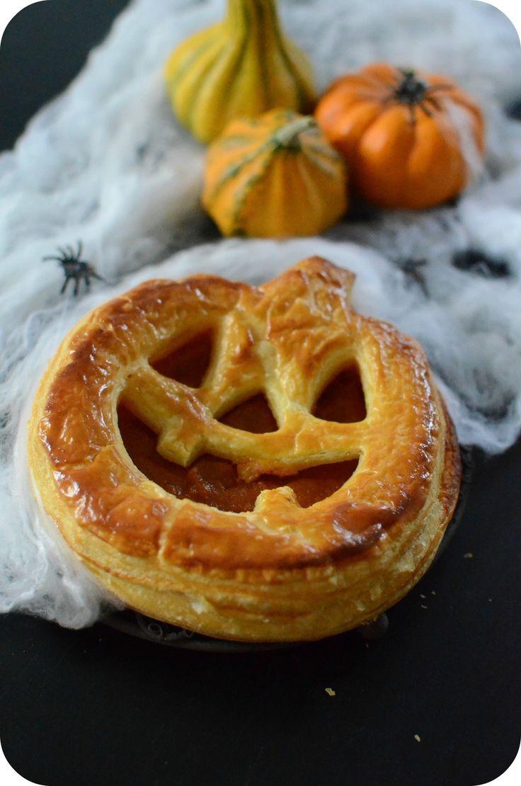Voici une idée pour épater les enfants et pour les motiver à cuisiner avec vous ! Quoi de mieux que le prétexte d'Halloween pour préparer des petites recettes rigolotes :) Aujourd'hui, je vous propose une galette feuilletée garnie de compote potiron-pomme...