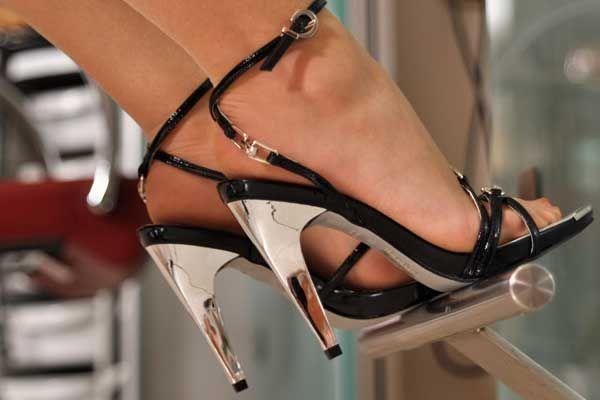 Banyak sekali wanita yang menganggumi sepatu jenis ini, mungkin kamu salah satunya. Dengan menggunakan high heels, bentuk kaki akan terlihat lebih jenjang dan indah. Meski membuat tampilan jadi lebih cantik, menggunakan sepatu hak tinggi juga memiliki sisi negatif, yakni kaki gampang lecet dan terasa sakit serta pegal.
