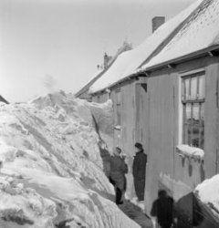 Volendam 1947, winter, huizen worden vrijgemaakt van metershoge sneeuw. Collectie Stadsarchief Amsterdam #NoordHolland #Volendam