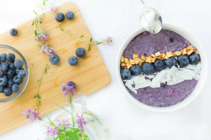 Zdravé raňajky môžu byť aj farebné, svieže a také, po ktorých siahne aj tvoja polovička či deti s radosťou. Nech žije čučoriedková ovsená kaša!