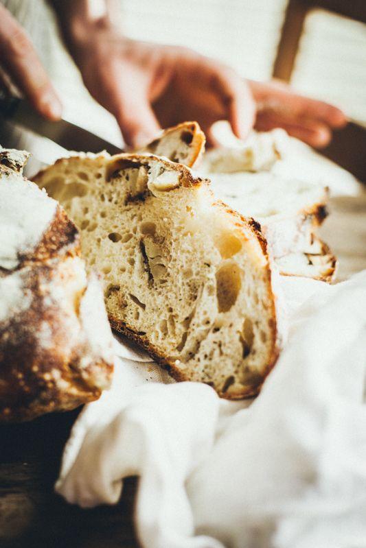 Odkąd kupiłam garnek żeliwny pieczenie chleba przeżywa umnie renesans. Mojechleby wyglądają teraz jak znajlepszych piekarni – są pięknie podniesione imają chrupką skórkę zmilionem bąbelków, które czynią ją chrupiącą, aledelikatną. Ich pieczenie sprawia mi ogromną przyjemność itylko czekam, aż skończy się bochenek, aby móc robić następny. Wciąż robię chleby bez konkretnych przepisów, naoko iwyczucie, pozwalam sobie …