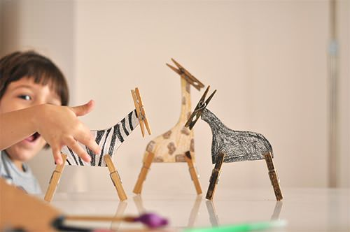 A simple & ingenious clothespin zoo! DIY crafts for kids from Brazilian designer / Estéfi Machado.