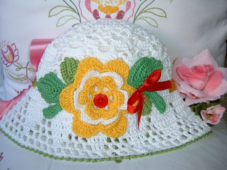 Cappello per bambina  all'uncinetto. Cappello di cotone bianco con applicazioni floreali. Crochet moda bambina. Cappello romantico femminile