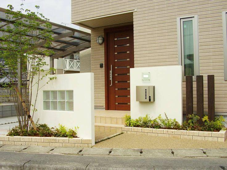 いいね!218件、コメント4件 ― @yutaka_kawateのInstagramアカウント: 「門塀を対にして配置させることで奥行き感を演出させつつ、道路側に設けた門塀は玄関扉を開けた時に室内が見えにくいように。そして緑が眺められるようにヤマボウシを配置。」