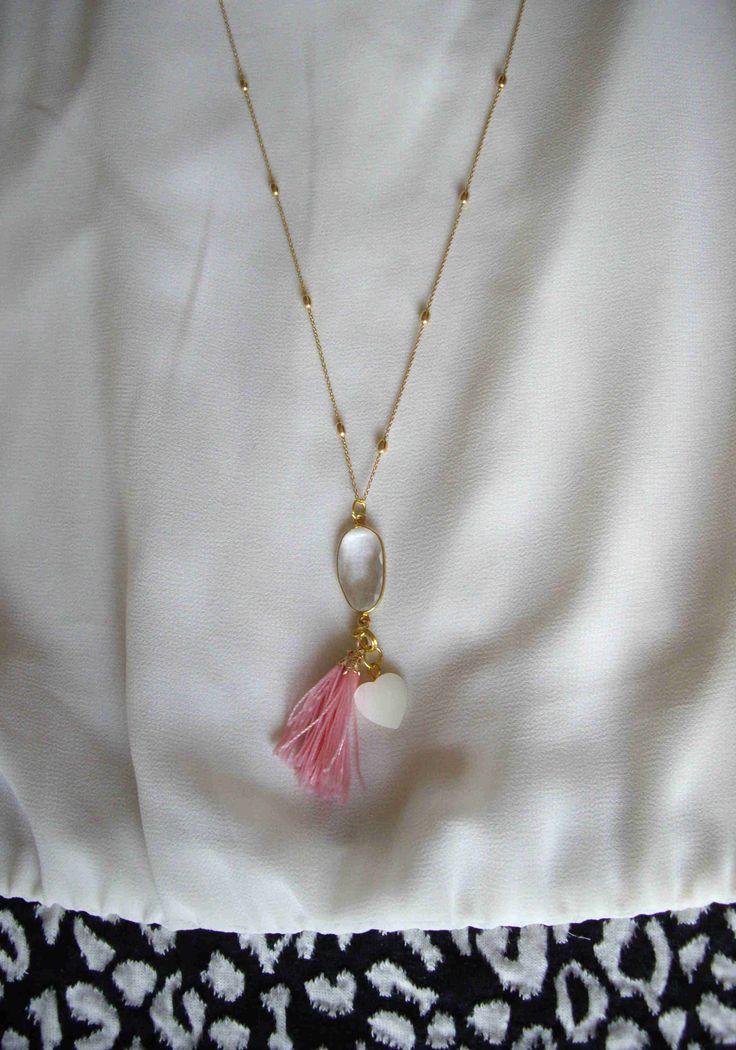 Ασημένια 925ο επίχρυση αλυσίδα με χαλαζία, καρδιά από φίλντισι και φουντίτσα. Μήκος αλυσίδας: 62 εκ. Necklace with silver 925ο gold plated chain, quartz, an ivory heart and a pink tassel. The length of the chain is 62 cm. Τιμή:  19€ Κωδικός: 10025/1