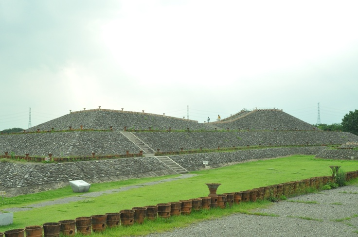 Village of the clay image.A burial mound with a square front and a round back.  埴輪の里の前方後円墳。