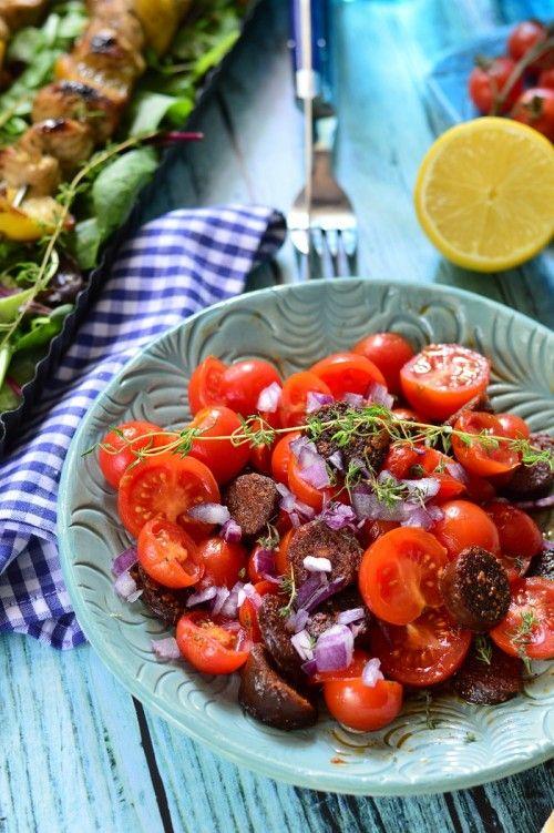 Kolbászos-paradicsomos saláta recept