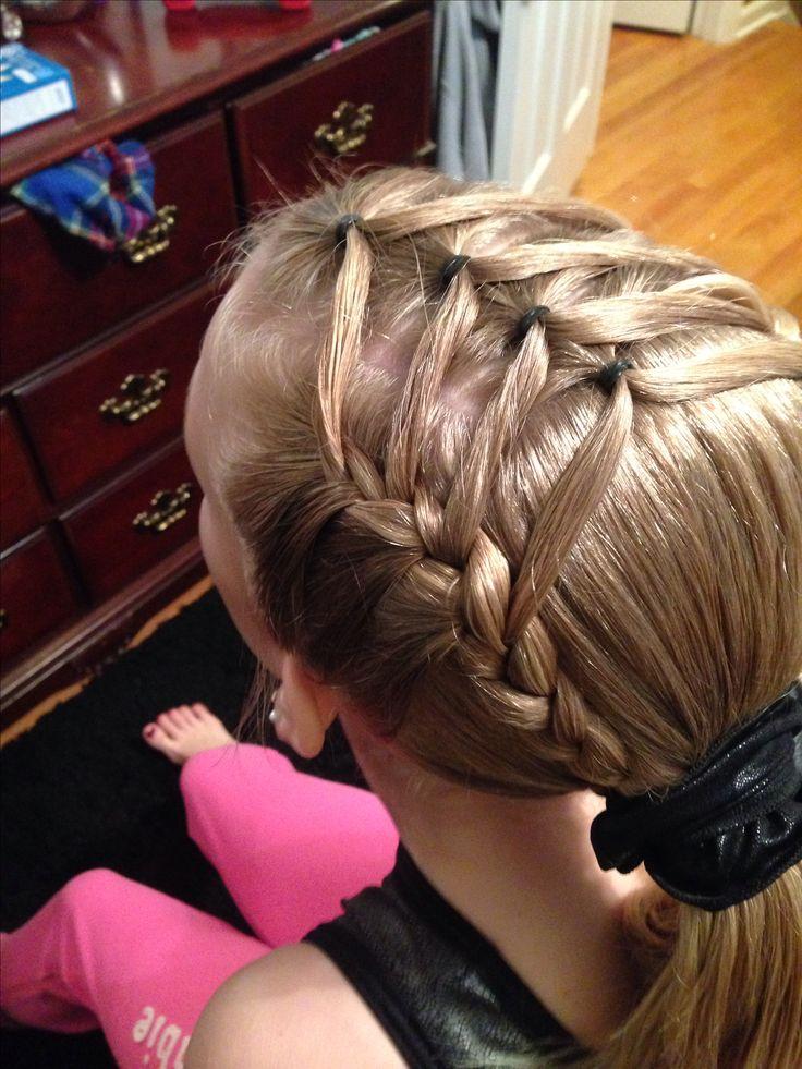 Gymnastics hairstyle. little girl hair. Kapsel meisje vlecht