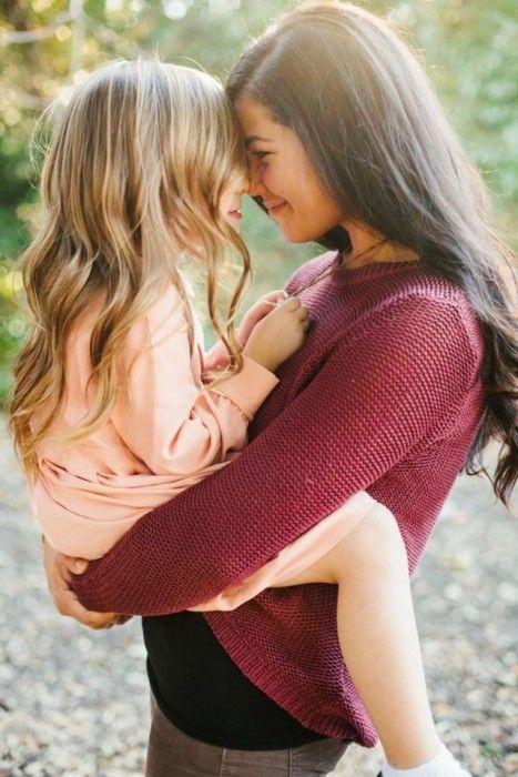 mujer cargando a su hija en brazos