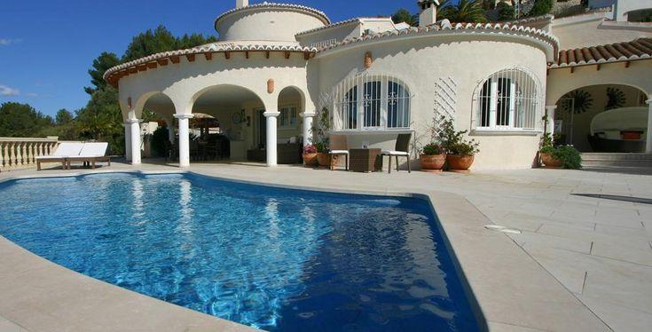 Villa Anna, Villa moderna y confortable con piscina privada en Moraira, en la Costa Blanca, España para 4 personas. La villa está situada en una zona residencial, a 2 km de la playa del Portet y a 3 km de Moraira.