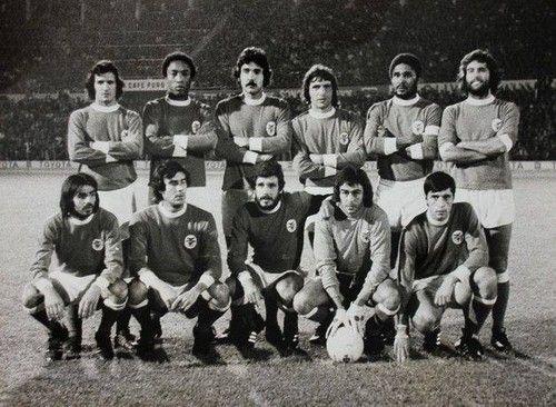 Benfica 1973-74. Em cima: Nené, Jordão, Toni, Adolfo, Eusébio e Vitor Batista. Agachados: Barros, Malta da Silva, Humberto Coelho, Bento e António Bastos Lopes.