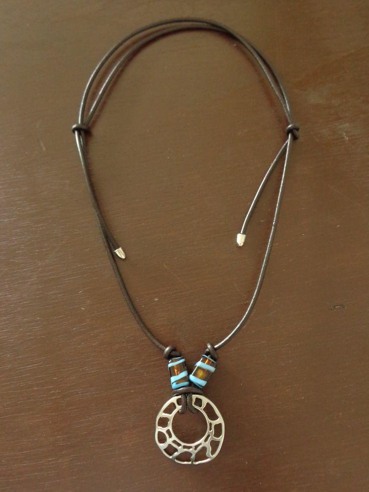 Cordão de couro liso com peça prateada e murano - Monica Périssé