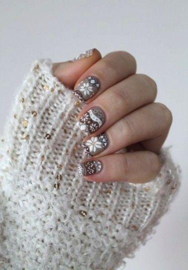 Nail art taupe con fiocchi di neve