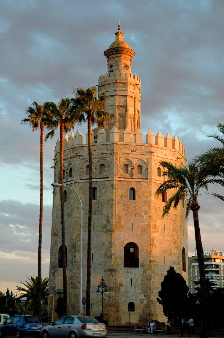 Torre del Oro de Sevilla. -Arte Islámico -Periodo Taifa -Almohade -Torre para cerrar la entrada a la ciudad -Poligonal -Saetoras -Macizo -Estaba revestido con azulejos que producían destellos dorados con el reflejo del sol.