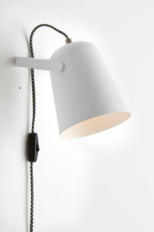 Vegglampe av malt metall og messingfargede detaljer. Lampen er justerbar i høydeledd. Skjermens høyde 18 cm, Ø 15 cm. Tofarget dekorativ tekstilledning med strømbryter og veggkontakt, ledningslengde 1,5 m. Liten sokkel E14. Maks 40 W.<br>Lyskilde inngår ikke. <br><br>