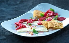 Hvid ostecarpaccio med rabarberkompot En spændende dessert med surt og sødt fra rabarber og sprøde mandelfirkanter som tilbehør.