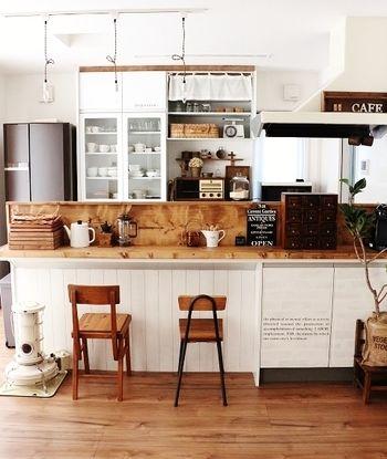 レールからおろされた照明がカフェ風キッチンの雰囲気を盛り上げています。椅子のテイストを揃えていながら、あえて違う種類にしているのもお洒落ですね。
