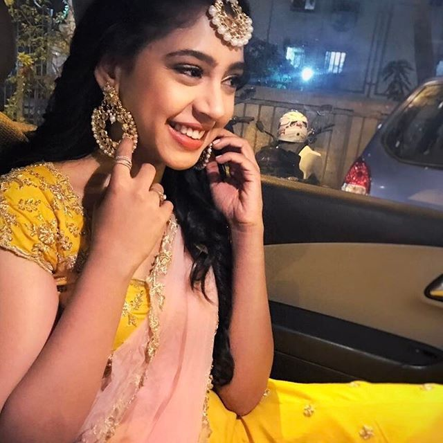 Be like snow, cold but beautiful Picture abhi baakiii hai! just a teaser ‍♀️ Styled by @ziaa_rrish #praanav  Outfit by @nikitaahuja.label  Jewellery by @bayleafaccessories_in  Picture courtesy @anubhavvbansall  #yellow#babypink#lengha#indianattire#reception#alldolledup