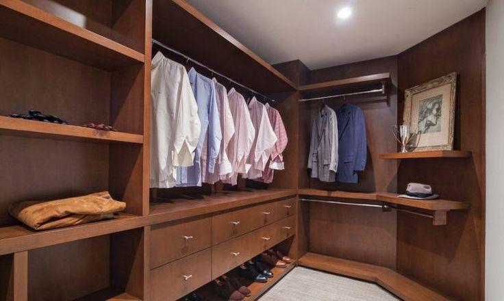 мужская гардеробная комната с фасадами из дерева
