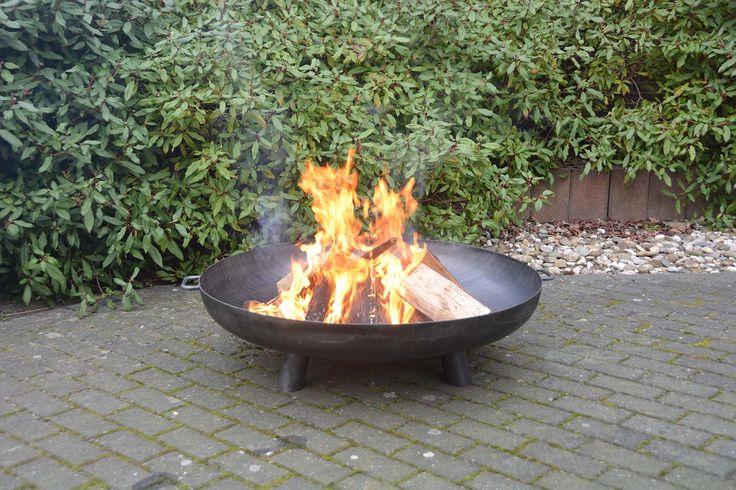 Une cheminée dans votre jardin ! Vous ne rêvez, c'est bel et bien possible grâce à ce brasero de jardin en acier. Idéal pour des soirées Marshmallows entre amis!