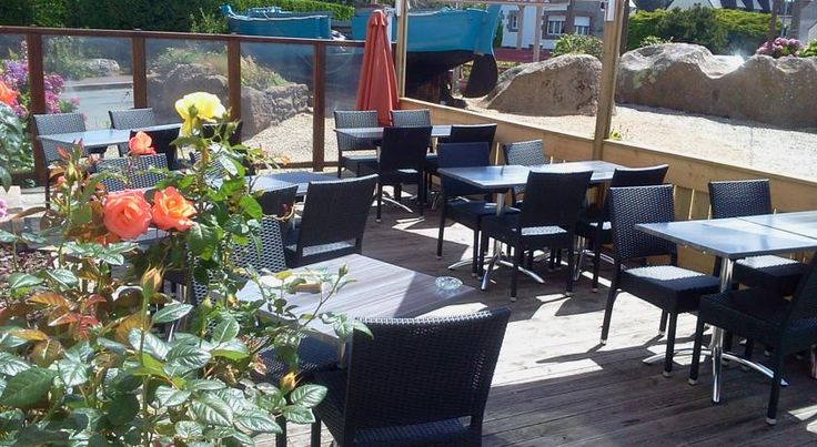 Logis Hotel Restaurant Le Phare Perros-Guirec Located in Ploumanach, this property is 150 metres from the port and 500 metres from Saint-Guirec Beach. Le Phare Hotel-Restaurant offers en suite accommodation, free Wi-Fi access and a wooden terrace with outdoor furniture.