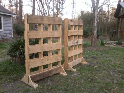 pallet garden fence to block the nosey neighbors view palletfence outdoor room divider. Black Bedroom Furniture Sets. Home Design Ideas