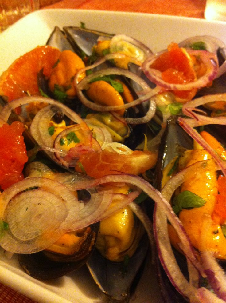 Mexilhões cozidos, sumo de 1 limão, pimenta, sal e azeite, cebola, toranja e coentros - Steamed Mussels, 1 limon juice, pepper, salt and olive oil, onions, grapefruit and coriander.