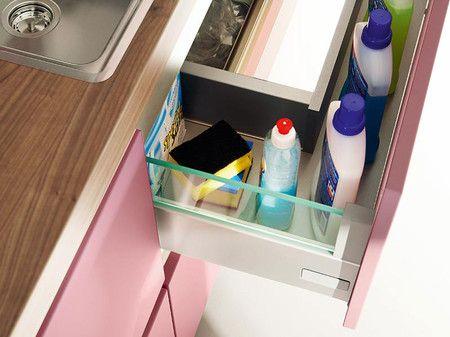 Dieser Spülenunterschrank bietet einen zusätzlichen Auszug und schafft so zusätzlichen Stauraum.