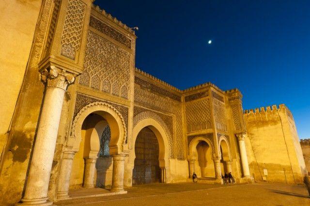 Che ne dite di un bel viaggio in Marocco, Pirati? Oggi vi facciamo scoprire due splendide città imperiali: Fez e Meknes, a un prezzo davvero eccezionale!  Il vostro viaggio comincerà da Fez. Nella sua medina racchiusa da una magnifica cinta muraria, nascosta tra circa 9.400 vie e vicoli, sorge la Medersa Bou Inania, una scuola…