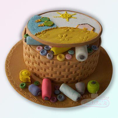 Torta de amapola decorada artesanalmente en azúcar como un completo costurero. Cursos de pastillaje en www.paulitas.com