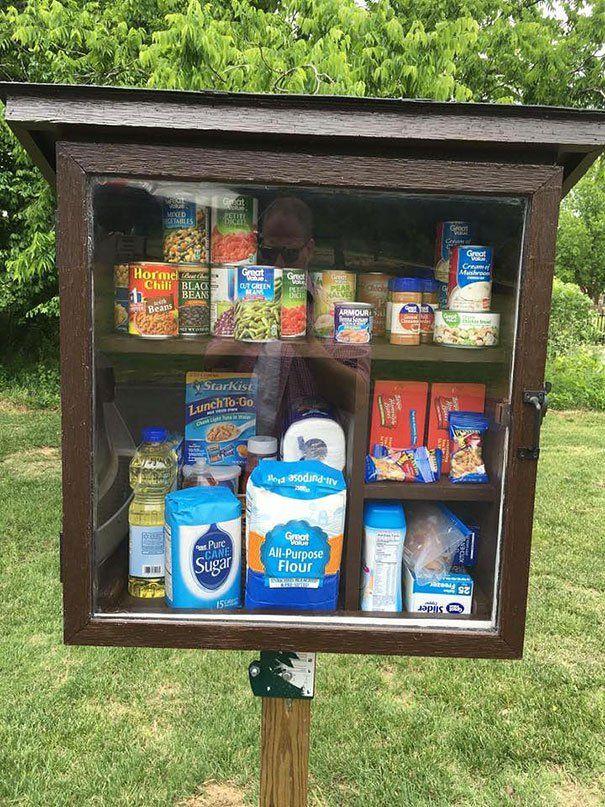 Mulher cria 'armário público' com produtos para pessoas carentes