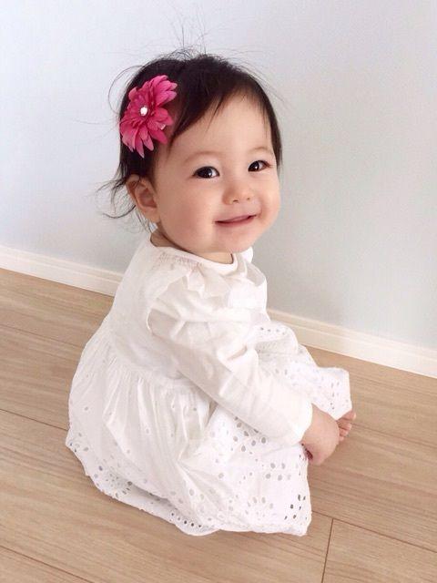 赤ちゃんの頭のお花が可愛い♡白いドレスもキュートな写真♡