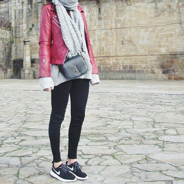 Outfit: @dorytrendy<br /> Biker: Mango<br /> Scarf/bufanda: Primark<br /> Sweater: HM<br /> Sneakers: Nike<br /> _<br /> #ootd #outfitideasblog #biker #chaqueta #cuero #nike #sneakers #zapatillas #rosherun #bufanda #primark #outfits #looks #jersey #gris #rojo